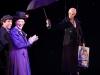 Irene Moors reikt vliegend Gouden Plaat uit aan Mary Poppins